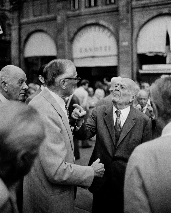 Italien Bologna Diskussion auf der Piazza Maggiore 1987 by Christian Schulz  Street Photography